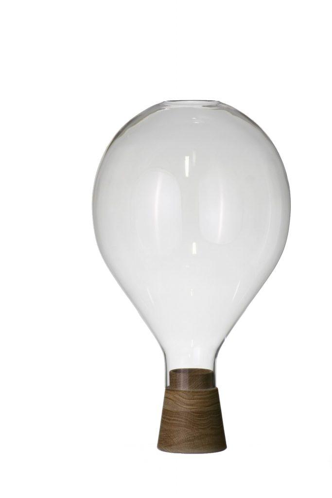 Szklany świecznik w kształcie balona z drewnianą podstawą